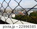 フェンス越しに住宅街を見下ろす 22996385