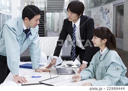 会議 ビジネス ミーティング 打ち合わせ 建設 建築 ビジネスマン 22999444