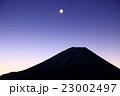 夜明けの富士山と月 23002497