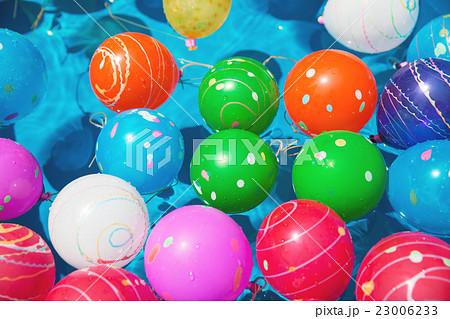 お祭で水に浮かぶ水風船 23006233