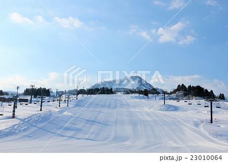 気持ちのいい快晴のスキー場 23010064