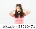頭を抱える女性 23010471