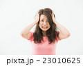 頭を抱える女性 23010625