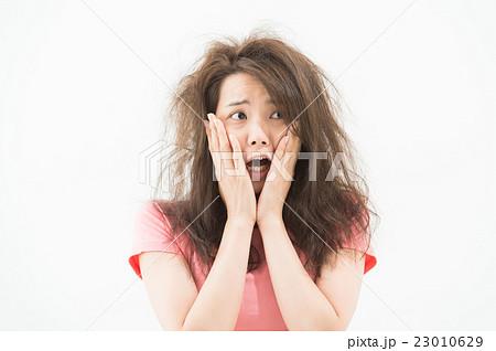 絶叫する女性 23010629
