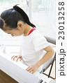 小学生の女の子 23013258
