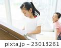 小学生の女の子 23013261