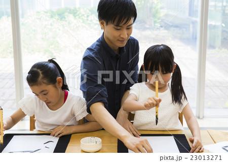小学生の女の子 書道 23013271