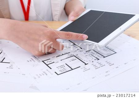 ビジカジ (建築士 設計士 注文住宅 女性 ビジネス OL 仕事 20代 会社員 一軒家 家) 23017214