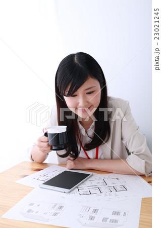 ビジカジ (建築士 設計士 注文住宅 女性 ビジネス OL 仕事 20代 会社員 一軒家 家) 23021245
