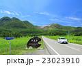 大分県 くじゅう連山とやまなみハイウェイのドライブイメージ(白のエコカー 前) 23023910