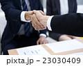 ビジネス 手 握手の写真 23030409