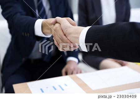 ビジネスイメージ(握手) 23030409