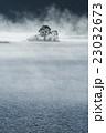 朝もやに包まれる秋元湖の木立 23032673