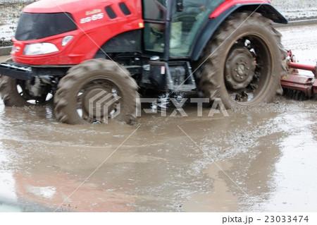 田植え準備のトラクター 23033474