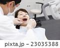 歯医者 患者 歯科医の写真 23035388
