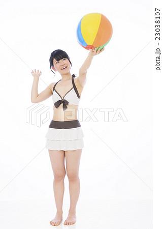 水着 女性 若い女性 白バック ビキニ 23038107