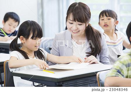 先生と小学生 23048346