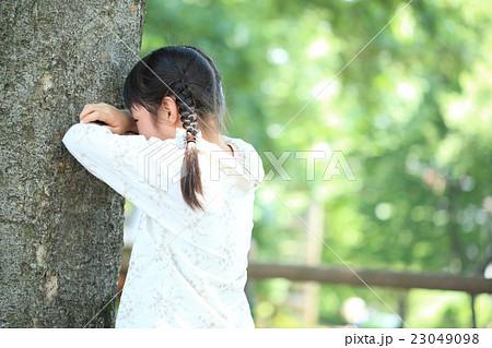 公園で遊ぶ小学生女子 23049098