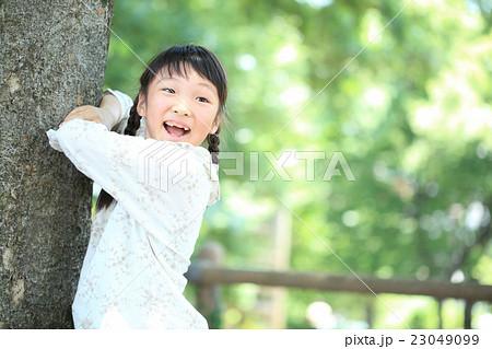 公園で遊ぶ小学生女子 23049099