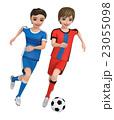 ユニフォームを着た二人の少年がサッカーボールを蹴っている。 23055098