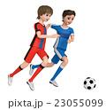 ユニフォームを着た二人の少年がサッカーボールを蹴っている。 23055099
