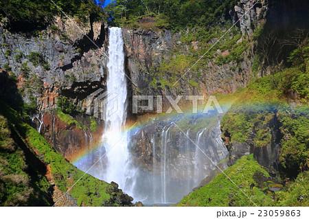 華厳の滝と虹 23059863
