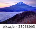 精進湖パノラマ台から黎明の富士山 23068903