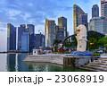 シンガポール・マリーナベイの高層ビルとマーライオン 23068919