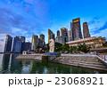 シンガポール・マリーナベイの高層ビルとマーライオン 23068921