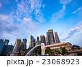 シンガポール・マリーナベイの高層ビルとマーライオン 23068923
