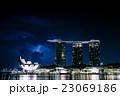 シンガポールのマリーナベイサンズホテルと雷 23069186