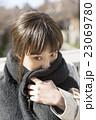 女性 冬 寒い 風 ストール 巻く 風邪 表情 外 見つめる 23069780