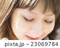女性 表情 外 照れる うれしい はずかしい 目を閉じる アップ 23069784