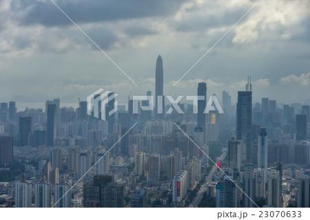 スモッグで霞む中国・深センの高層ビル群の風景 23070633