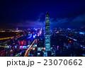 中国・深センの高層ビル群の夜景 23070662