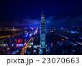 中国・深センの高層ビル群の夜景 23070663