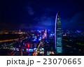 中国・深センの高層ビル群の夜景 23070665
