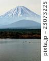 精進湖のカヌーと富士山 23073225