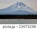 精進湖のカヌーと富士山 23073296