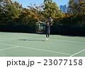 テニスをする若い男性 23077158