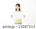 ホワイトボードを持つ女性 23087313