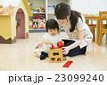 女の子 遊ぶ おもちゃの写真 23099240