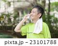 スマホで計測しながらジョギングする中年男性 23101788
