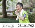 スマホで計測しながらジョギングする中年男性 23101792