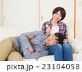 膝枕で耳掃除をする夫婦 23104058