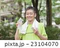 ジョギング後に水分補給する中年男性 23104070