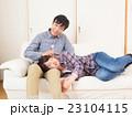 膝枕で耳掃除をする夫婦 23104115