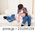 膝枕で耳掃除をする親子 23104159