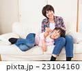 膝枕で耳掃除をする親子 23104160
