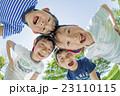 新緑の公園で遊ぶ小学生たち 23110115